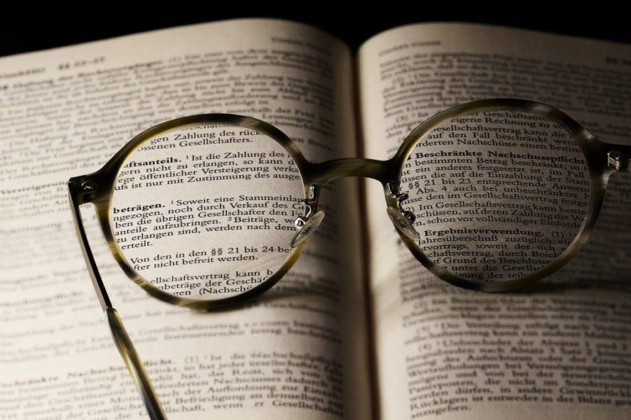Brille liegt auf einem Buch