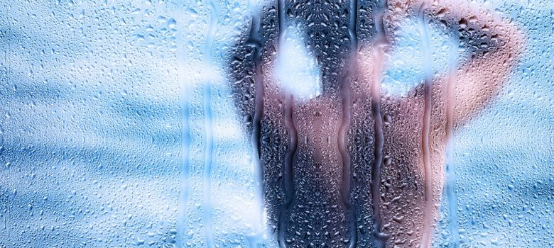 duschkabine-mann-duschen