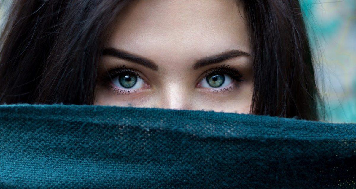 Frau verhüllt mit schönen Augen