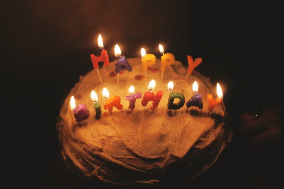Besondere Geburtstagsgrüße auf einer Torte